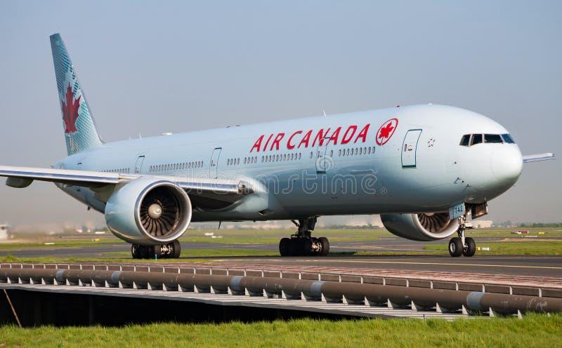 Air Canada Boeing 777-300ER C-FIVS arrivo e atterraggio all'aeroporto di Parigi Charles de Gaulle fotografia stock libera da diritti