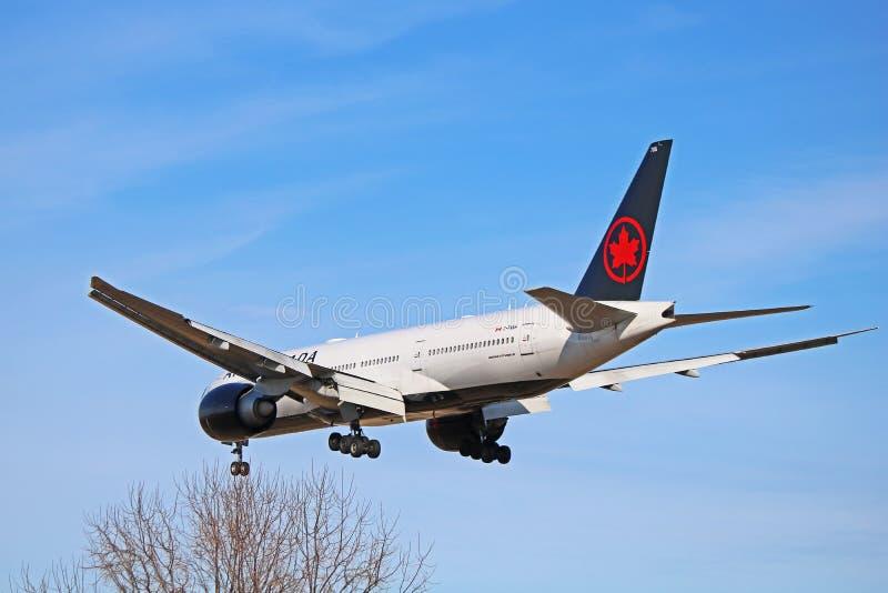 Air Canada Boeing 777-200LR en la nueva librea que vuela cerca foto de archivo