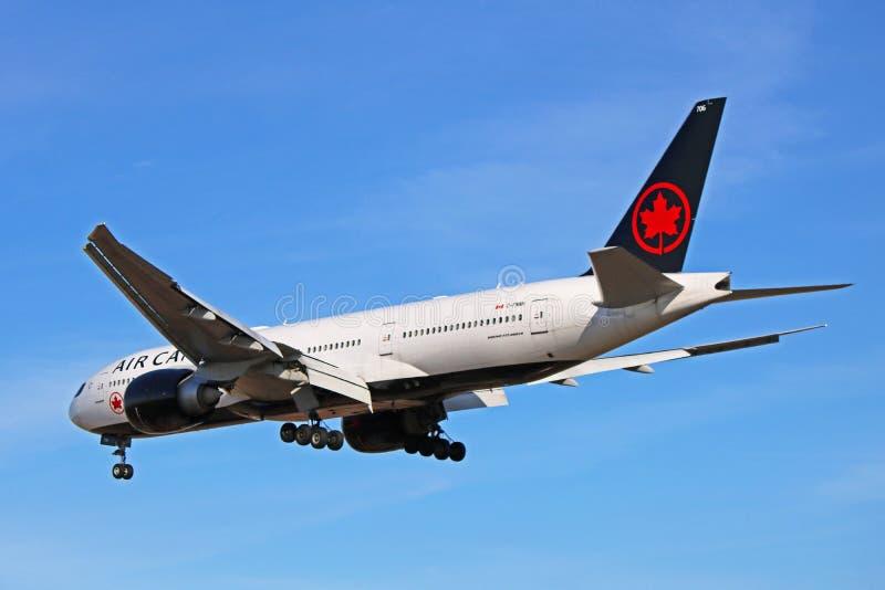 Air Canada Boeing 777-200LR en nueva librea en acercamiento final imagen de archivo libre de regalías