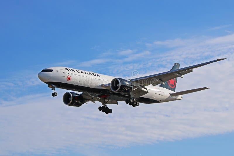 Air Canada Boeing 777-200LR en nueva librea en vuelo imagen de archivo