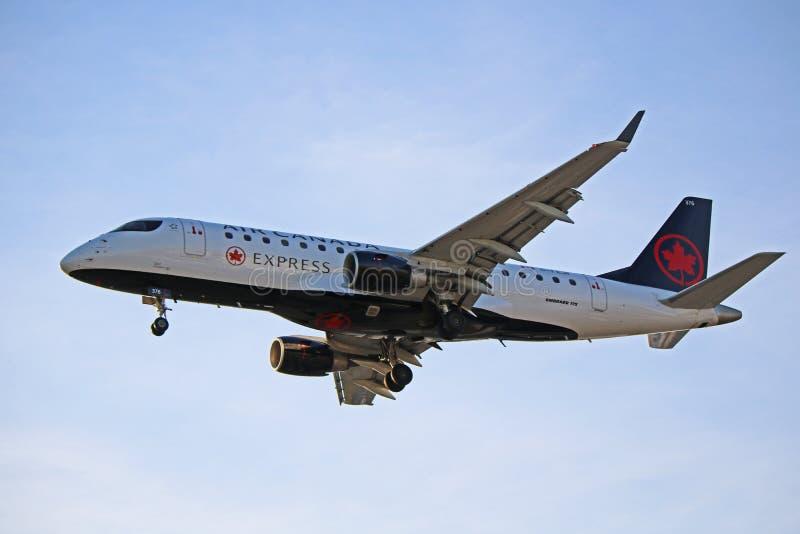 Air Canada Embraer exprès ERJ-175 à l'approche finale photos stock