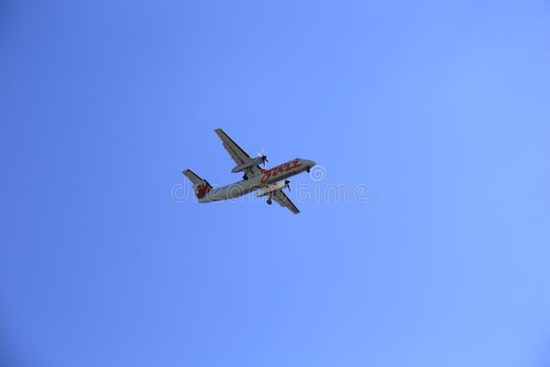 Air Canada-Jazzrood die in de hemel van start gaan royalty-vrije stock afbeeldingen