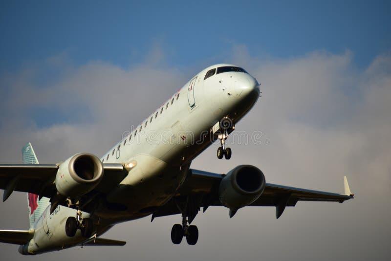 Air Canada-Luchtbus ERJ190 die binnen voor het landen komen royalty-vrije stock afbeeldingen
