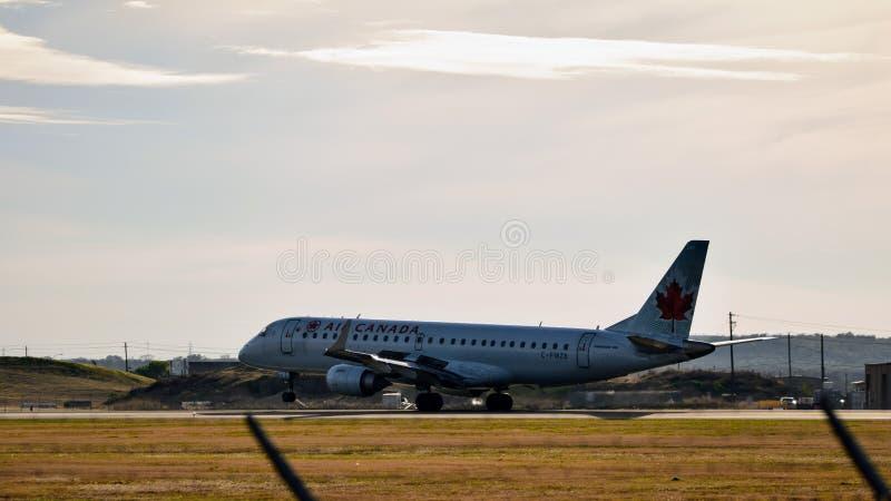 Air Canada-Luchtvaartlijnenvliegtuig die op een baan landen royalty-vrije stock afbeeldingen