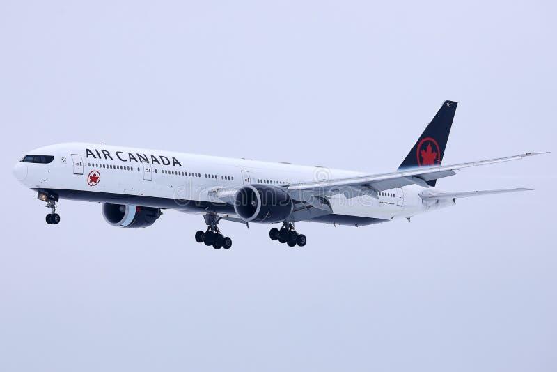 Air Canada niv?landning p? den Munich flygplatsen MUC, sn? p? landningsbana royaltyfri fotografi