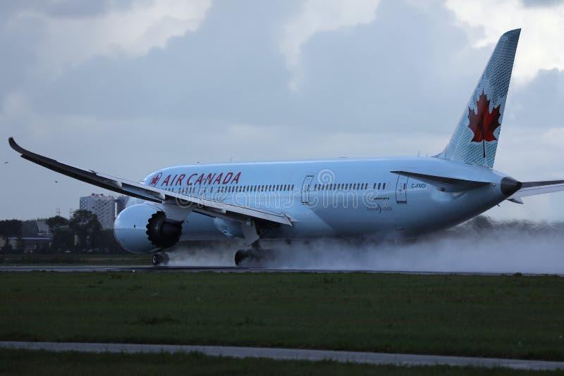 Air Canada-vliegtuig die op de Luchthaven MUC landen van M?nchen royalty-vrije stock foto