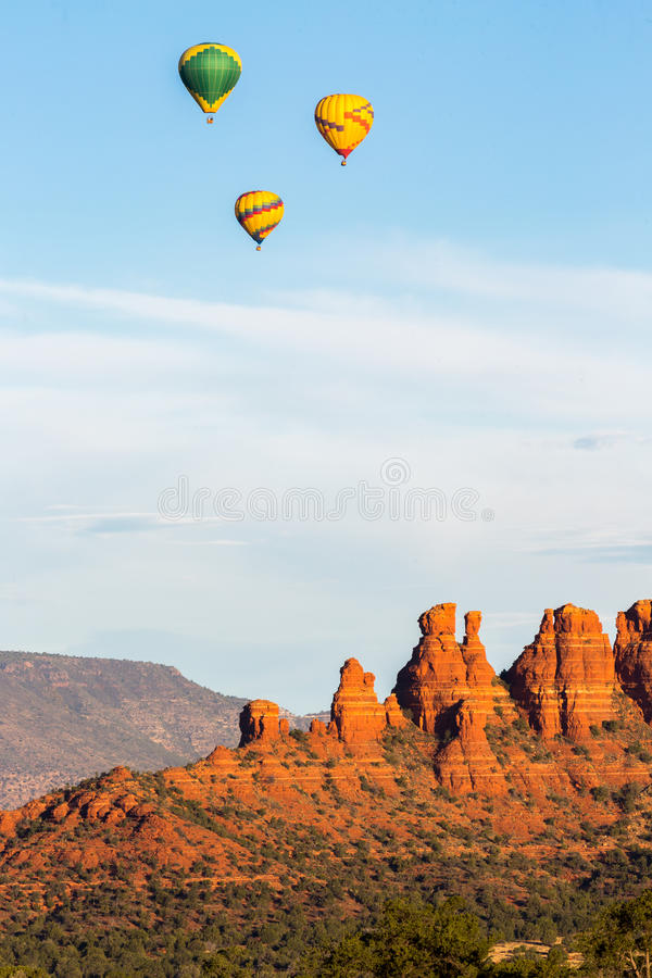 Air chaud montant en ballon dans Sedona photos stock