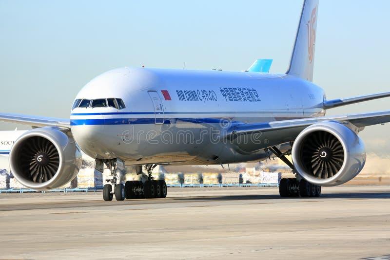 Air China Cargo transportent le roulement sur le sol d'avions images stock