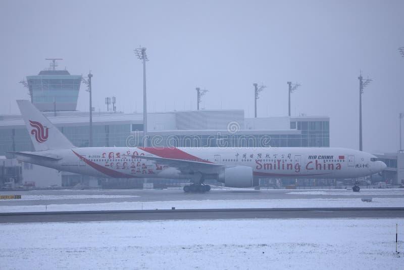 Air China som ler Kina livré som åker taxi i snö royaltyfri fotografi
