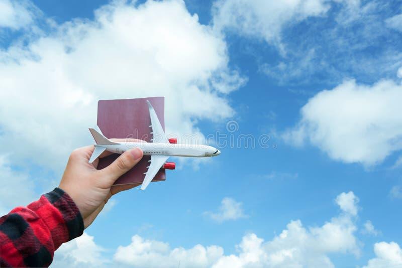 Air de déplacement se tenant de touristes de citoyenneté de mouche de voyageur de voyage de vol d'avion sur autour le monde image libre de droits