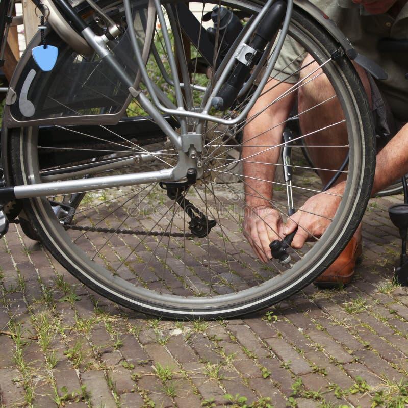 Air de pompage dans le pneu de vélo photo libre de droits
