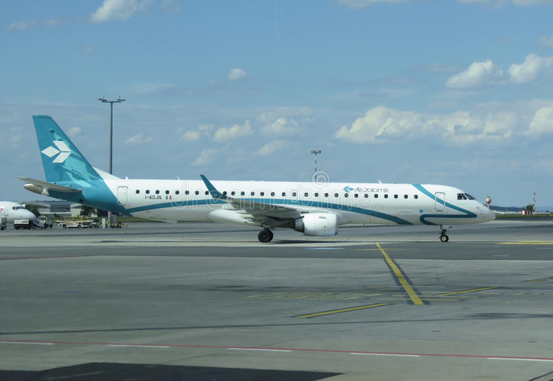 Air Dolomiti Embraer ERJ-195LR (ERJ-190-200 LR) стоковые изображения
