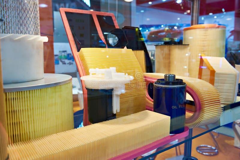 Air et filtres à huile pour des voitures dans la boutique image stock