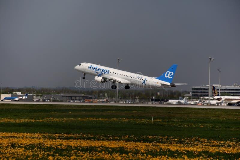 Air Europa Embraer expresso jorra descolando do aeroporto de Munich, MUC fotografia de stock