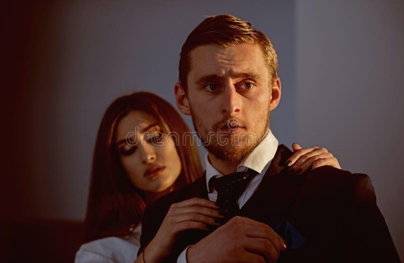 air förälskelse Par av modemodeller förbunden förälskelse Stilig man och sexig kvinna med trendig blick dem royaltyfri fotografi