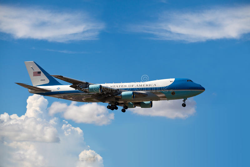 Air Force One länder i Miami royaltyfria bilder