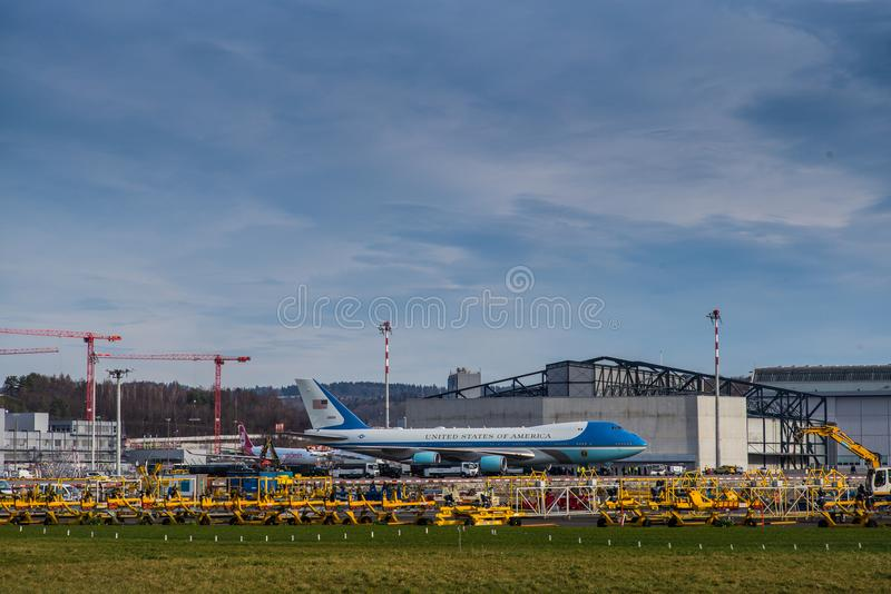 Air Force One parkerade på den Zurich flygplatsen arkivbild