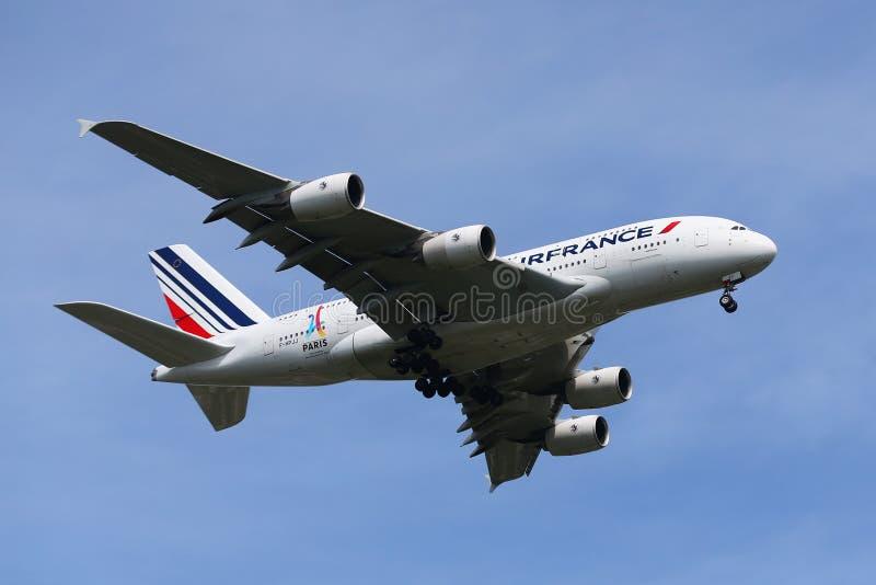 Air France Airbus A380, der für die Landung an internationalem Flughafen JFK in New York absteigt stockfoto