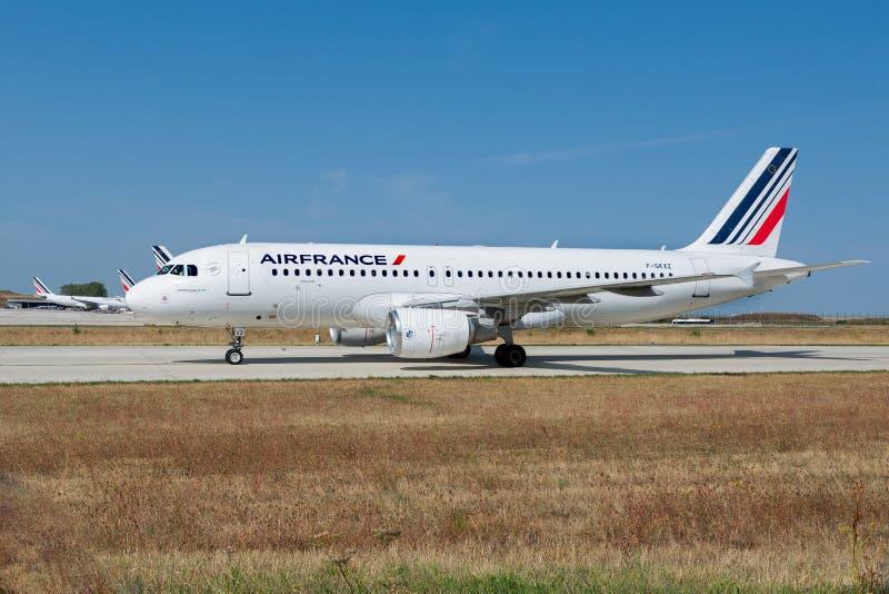 Air France Airbus A320-214 no taxiway de Paris CDG foto de stock