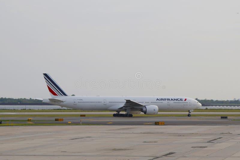Air France Boeing 777 che tassa nell'aeroporto di JFK in NY fotografia stock libera da diritti