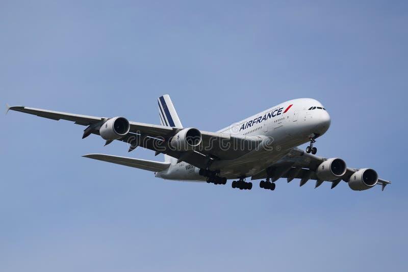 Air France flygbuss A380 som stiger ned för att landa på den internationella flygplatsen för JFK i New York royaltyfria bilder