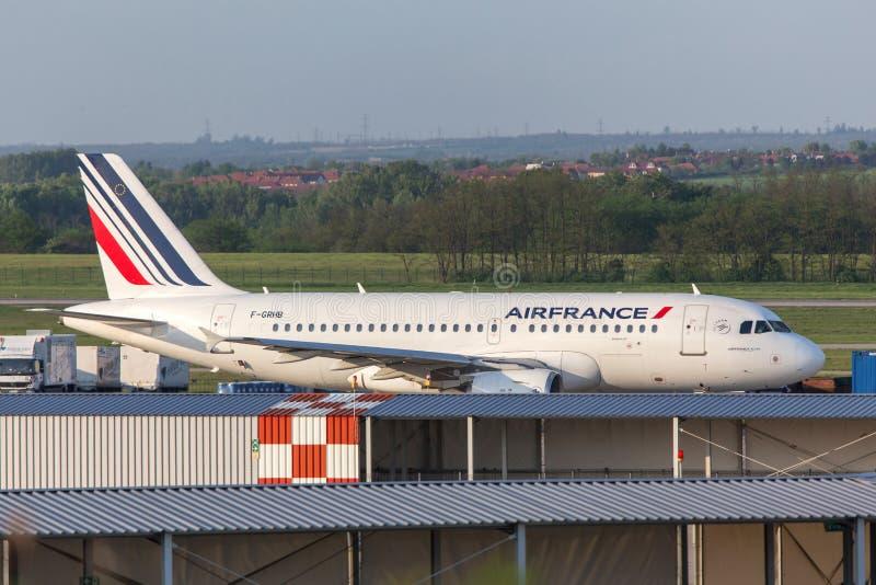 Air France flygplan på den budapest flygplatsen Ungern royaltyfri fotografi