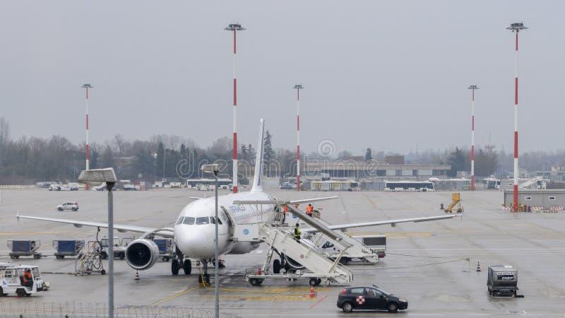 Air France flygplan på grov asfaltbeläggning på Venedig ` s Marco Polo International Airport royaltyfria foton
