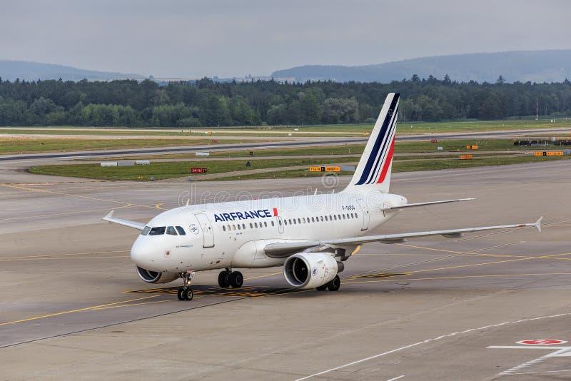 Air France KLM Airbus A318 nell'aeroporto di Zurigo fotografie stock libere da diritti