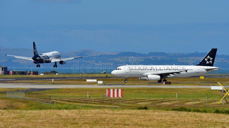 Air New Zealand A320 в ливрее союзничества звезды ездит на такси как другие земли двигателя сестры на международном аэропорте Окл стоковые изображения rf