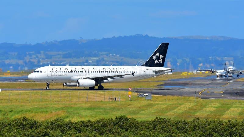 Air New Zealand A320 в ливрее союзничества звезды ездя на такси на международном аэропорте Окленда стоковые фотографии rf