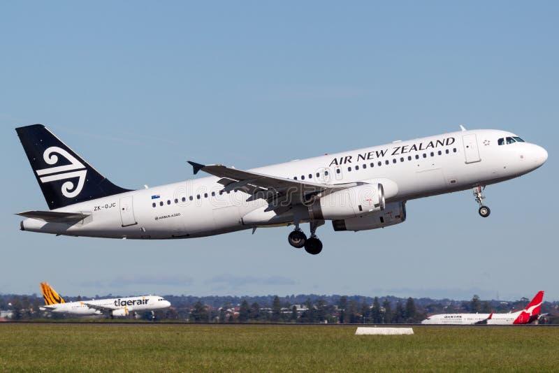 Air New Zealand Airbus A320 décollant de Sydney Airport image stock