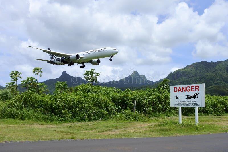 Air New Zealand Boeing 777 som landar på Rarotonga internationell Ai arkivfoto