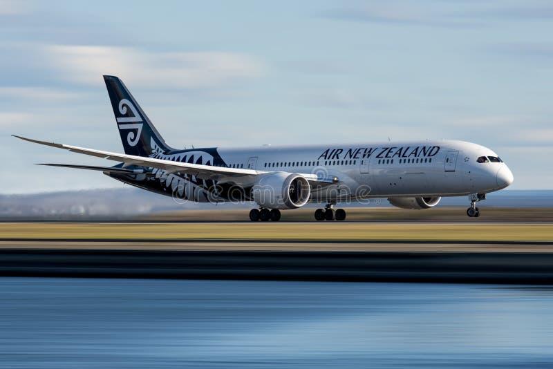Air New Zealand Boeing 787 som tar av från Sydney till Auckland royaltyfri fotografi