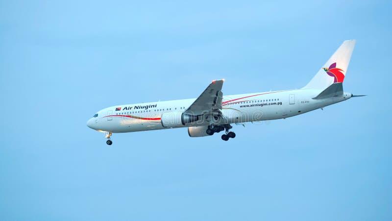 Air Niugini Boeing 767 débarquant à l'aéroport de Changi photos libres de droits