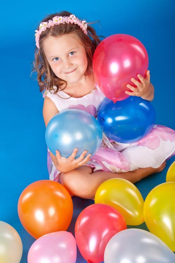 air over för blått barn för ballons färgrikt lyckligt royaltyfri fotografi