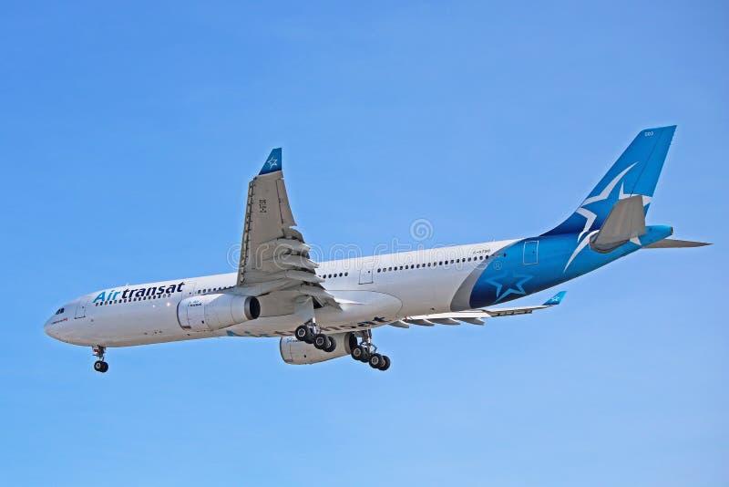 Air Transat Airbus A330-300 à l'approche finale photo stock