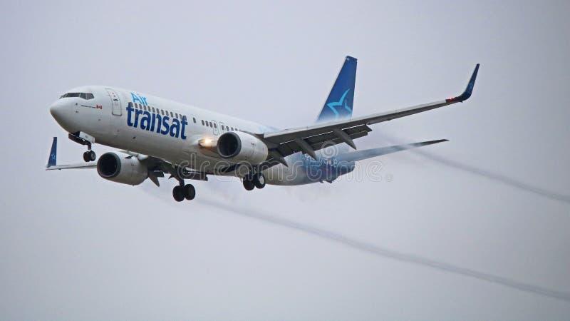 Air Transat Boeing 737-800 mit Contrails auf Endanflug stockbild