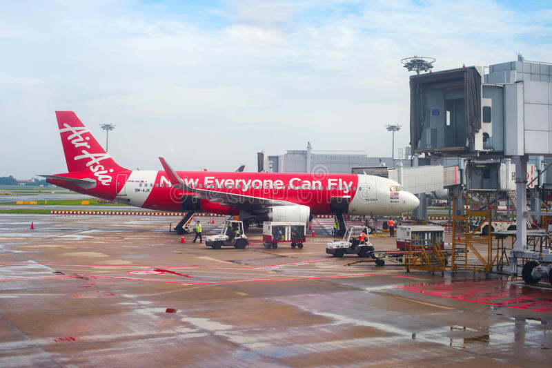 AirAsia flygplan i den Singapore flygplatsen royaltyfria bilder