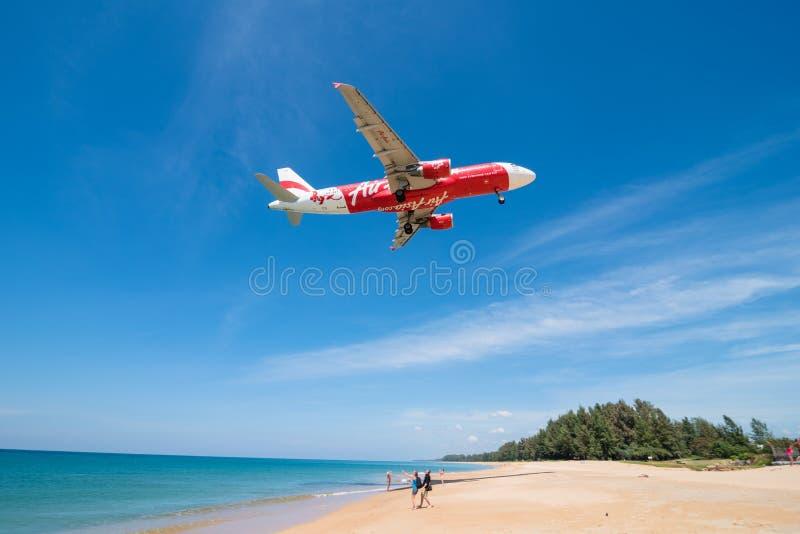 Airasia flygplanlandning på den phuket flygplatsen royaltyfria foton