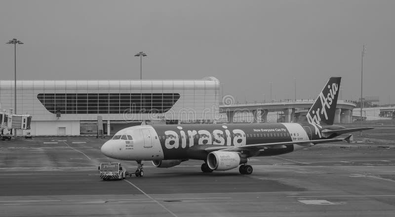 AirAsia hyvlar anslutning på flygplatsen för KLIA 2 i Malaysia arkivfoto