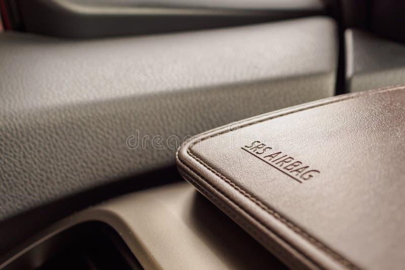 Airbagsäkerhetstecken på bruntlädertextur i modern bil royaltyfri fotografi