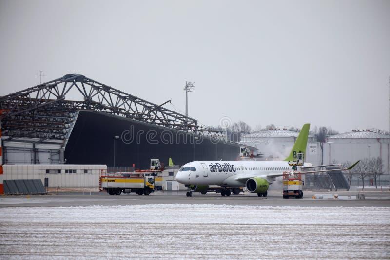 AirBaltic喷气机在慕尼黑机场, MUC 免版税图库摄影