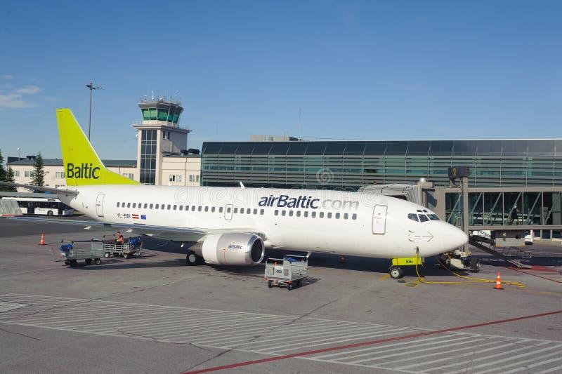 AirBaltic在里加机场靠码头的波音737 库存图片