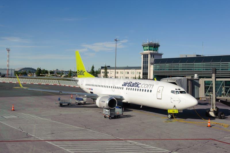 AirBaltic Boeing 737 in de luchthaven die van Riga wordt gedokt royalty-vrije stock foto