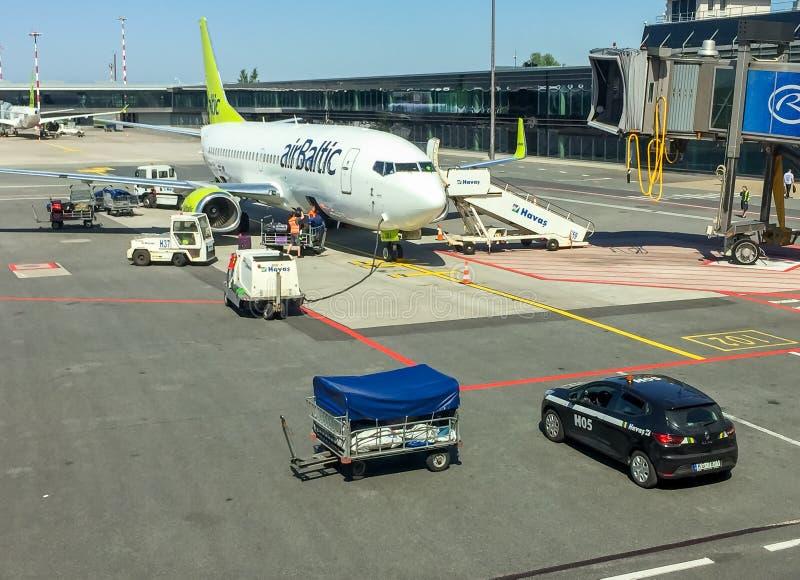 AirBaltic-Vliegtuigenvoorbereiding voor vertrek in de Internationale Luchthaven van Riga royalty-vrije stock fotografie
