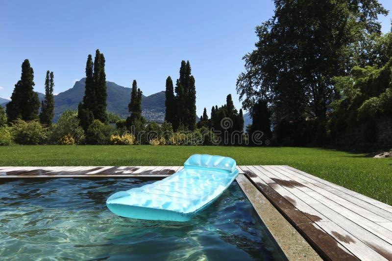 Airbed, das in das Pool schwimmt lizenzfreies stockfoto