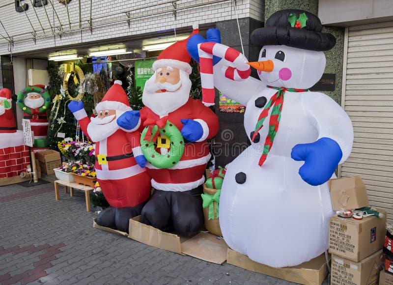 Airblown圣诞节Inflatables圣诞老人项目和雪人玩偶在名古屋街道的待售 免版税图库摄影