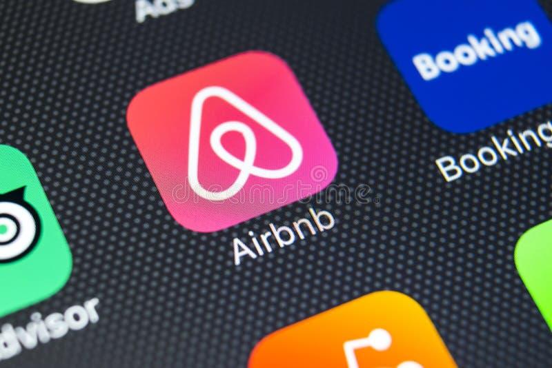 Airbnb在苹果计算机iPhone x屏幕特写镜头的应用象 Airbnb app象 Airbnb com是书库的网上网站 社会 库存照片