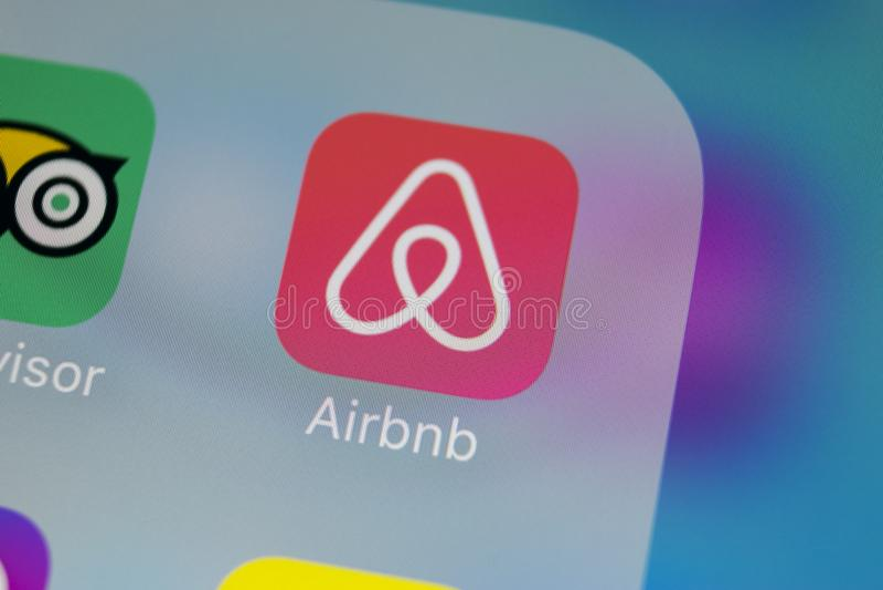 Airbnb在苹果计算机iPhone x屏幕特写镜头的应用象 Airbnb app象 Airbnb com是书库的网上网站 社会 免版税库存图片