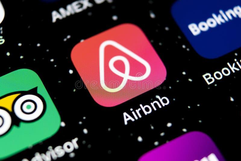 Airbnb在苹果计算机iPhone x屏幕特写镜头的应用象 Airbnb app象 Airbnb com是书库的网上网站 社会 免版税库存照片